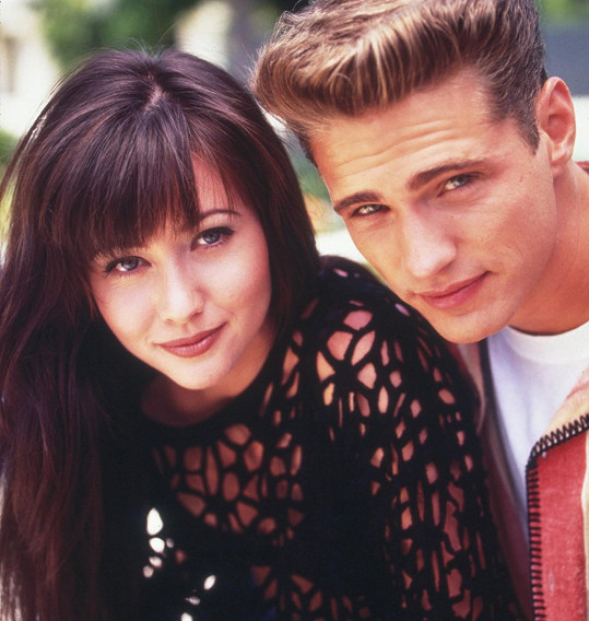 Shannon Doherty se svým seriálovým bratrem Jasonem Priestleym v Beverly Hills 90210
