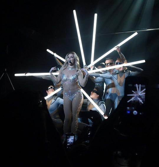 Britney Spears použila podobný kostým v klipu Toxic a později i na koncertech.