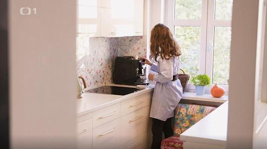 Herečka ve své kuchyni.