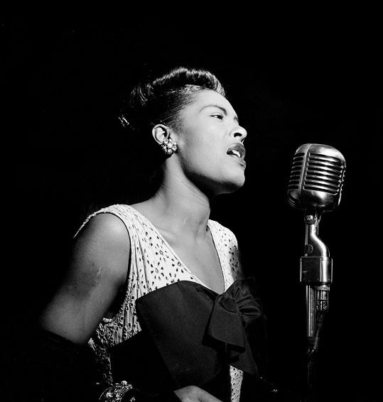 Billie Holiday neměla lehké dětství a v dospělosti se jí nevyhnula ani závislost na alkoholu a drogách. V 11 letech byla znásilněna, a než se proslavila, musela se chvíli živit i jako prostitutka.