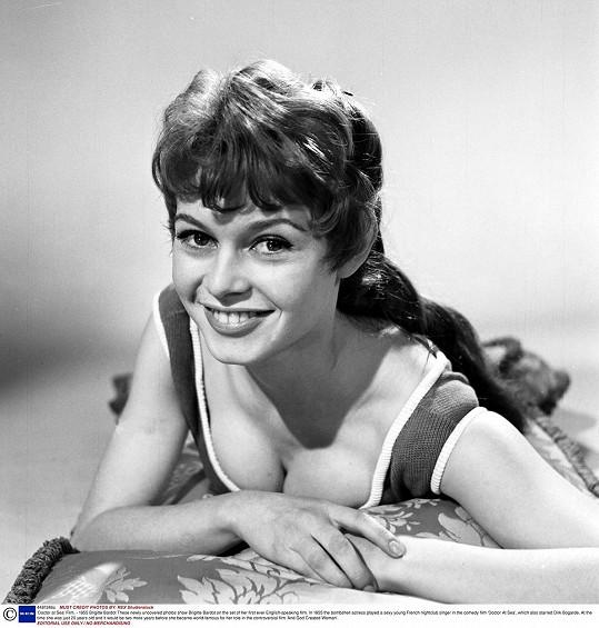 Brigitte Bardot začínala ve filmech s vlasy tmavými. Tady je ve filmu Doktor na moři (1955).