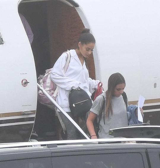 Grande dnes dorazila do Londýna.