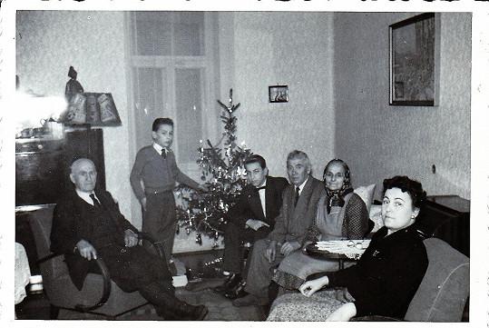 Jan Rosák (druhý zleva) jako malý kluk s bratrem, maminkou, babičkou a dvěma dědečky.