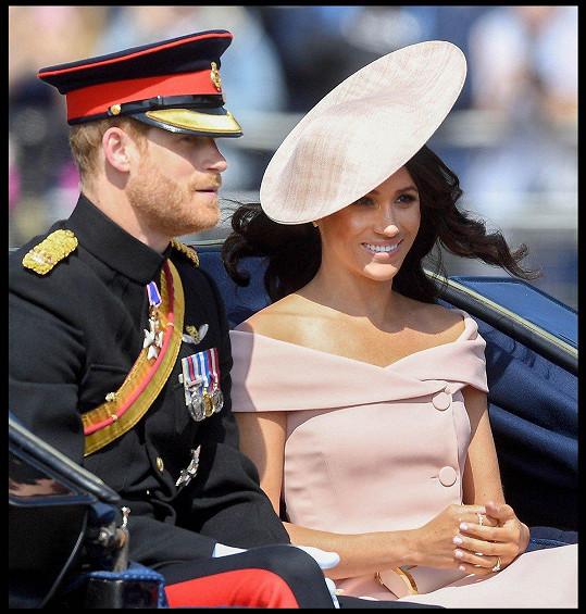Na královniných narozeninách odhalila dokonce ramena a dekolt.