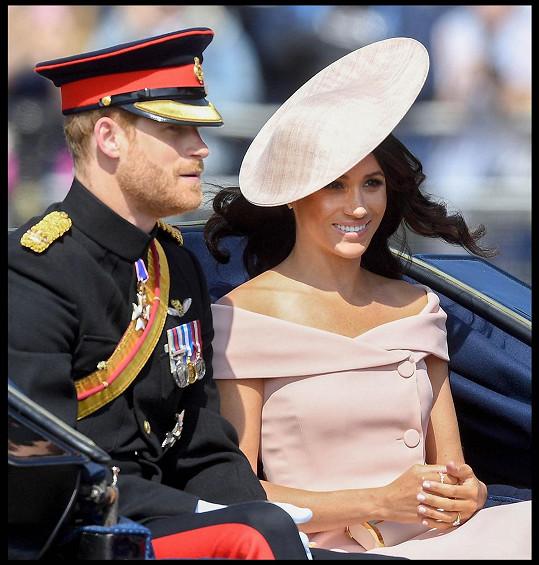 Dlouho ale v královské rodině nezůstali, o rok později se zřekli svých rolí.