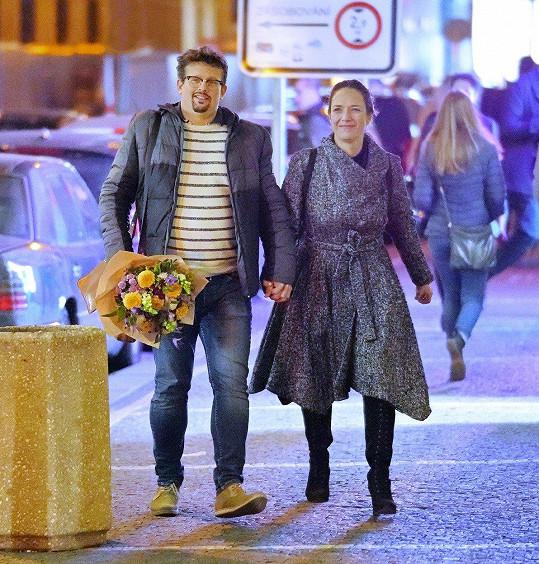 Tereza a její manžel Jakub Nvota na procházce Prahou