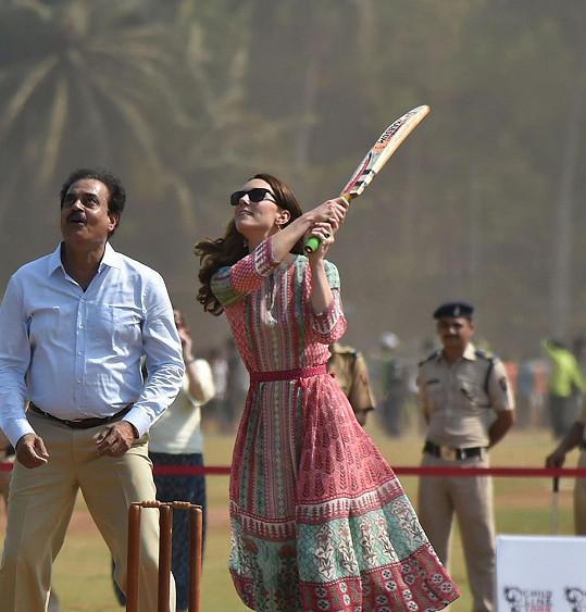 Kate se do hry kriketu položila s vervou sobě vlastní.