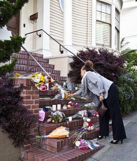 Fanoušci zahrnuli květinami dům, kde se natáčela komedie Mrs. Doubtfire - Táta v sukni.