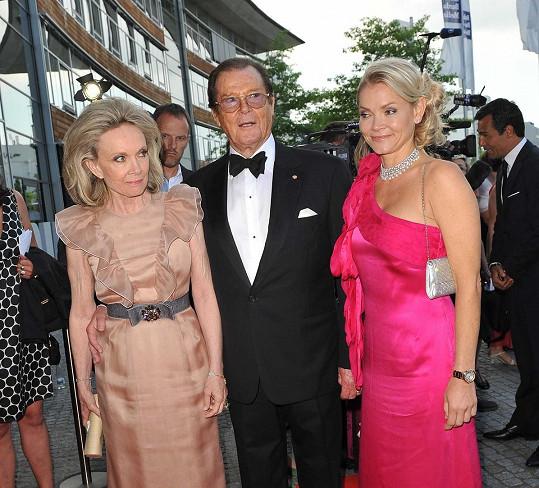 Roger Moore s manželkou Kiki a dcerou Christinou, která podlehla rakovině.