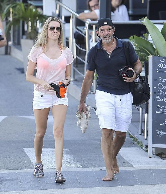 Herec a jeho nová přítelkyně odjeli do Francie.