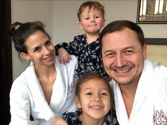 Vojtěch Bernatský by den navíc s dětmi uvítal. Vyrazí s manželkou, dcerkou Eliškou a synem Matyášem na chalupu.