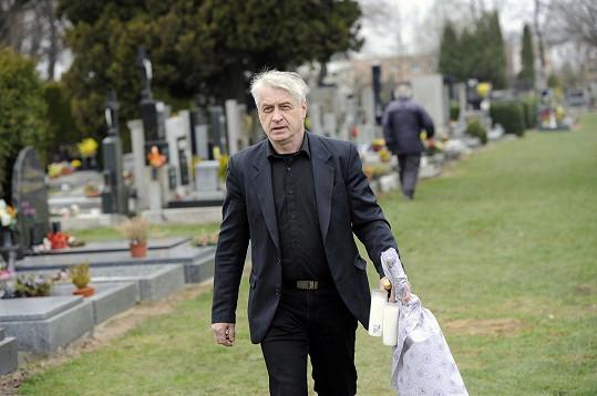 Příchod vdovce na hřbitov.