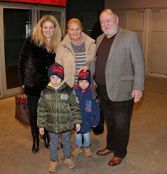 Rodinku vzal do kina na film Přání k mání, kde si po letech zahrál.