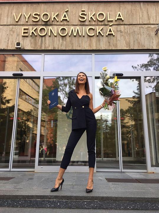 Monika Leová promovala.