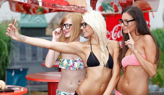 Soutěžící si focení v brýlích užívaly.