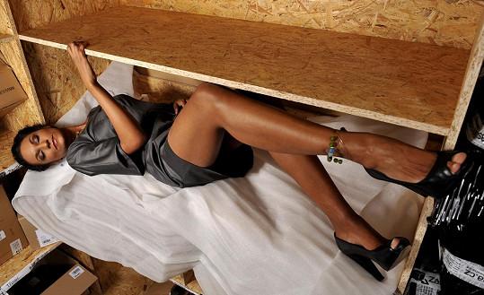 Lejla Abbasová v krabici.