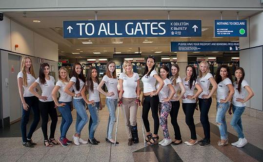 Na letiště dorazila Dominika o berlích a s ortézou.
