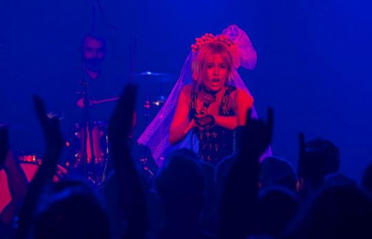 Tereza hraje rockovou zpěvačku.