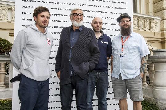 Casey Affleck s Jiřím Bartoškou, režisérem Davidem Lowerym a producentem Jamesem M. Johnstonem
