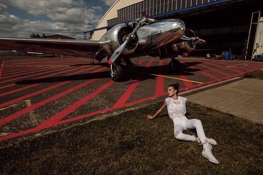 Adéla a letadlo, proč ne. I ona míří vzhůru.