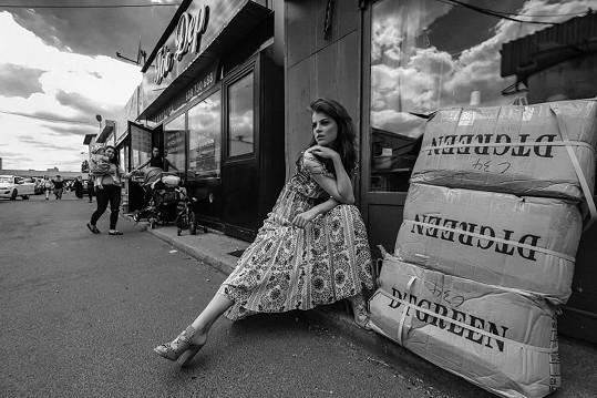 Adéla na uměleckém černobílém snímku.