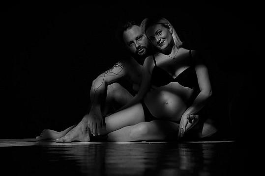 Marek Dědík pózuje na fotkách s těhotnou manželkou Terezou.