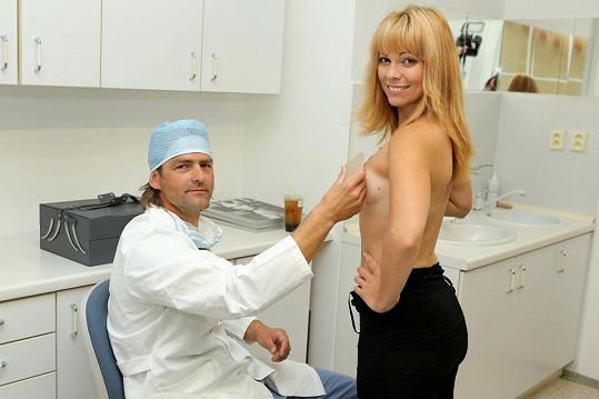 S plastickým chirurgem krátce před operací vybírali velikost implantátu.