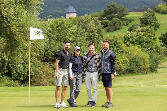 Milan Peroutka a další známé tváře se zúčastnily charitativního golfu na Karlštějně. Milanovi se podařilo havarovat s golfovým vozíkem, ve kterém vezl kolegyni.