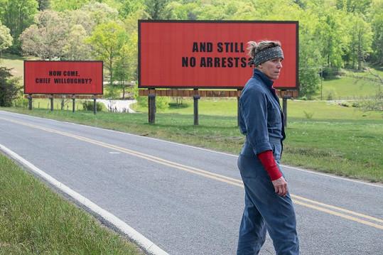 Ve filmu Tři billboardy kousek za Ebbingem ztvárnila matku pátrající po vrahovi své dcery.