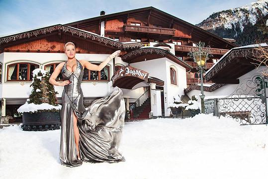Na focení Perkausová oblékla šaty Natali Ruden.