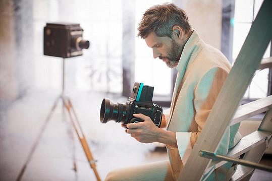 Za fotoaparátem obvykle stojí Andrea. Během focení kampaně Buri Made si ale na fotografa zahrál Mikoláš.