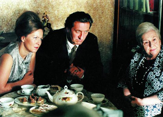 Stella Zázvorková se Simonou Stašovou (vlevo) a Bolkem Polívkou v komedii Pelíšky