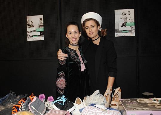 Emma na svém dobročinném bazaru s kolegyní zpěvačkou Míšou Tomešovou.