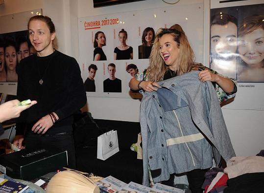 Do charitativního prodeje se zapojil i Tomáš Klus s manželkou Tamarou.