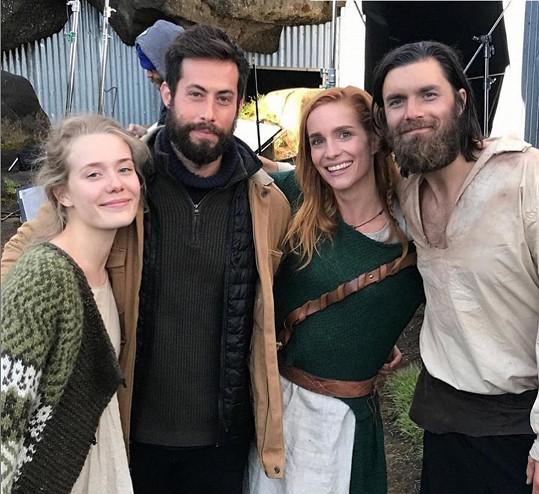 Film se natáčel před dvěma lety na Islandu. S Hankou si v něm zahráli herečka Andrea Snaedal (vlevo) a herec Ingi Hrafn Hilmarsson (vpravo).