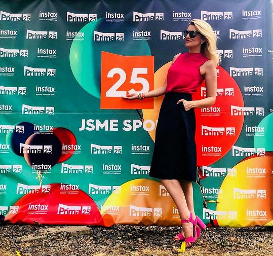 Moderátorka Lenka Špillarová v tónech růžové