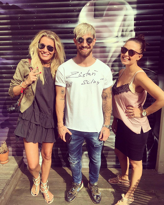 Na sobě měl Lukáš tričko módní návrhářky Michaely Skuhravé (vpravo), což je dcera dalšího fotbalového velikána Tomáše Skuhravého.