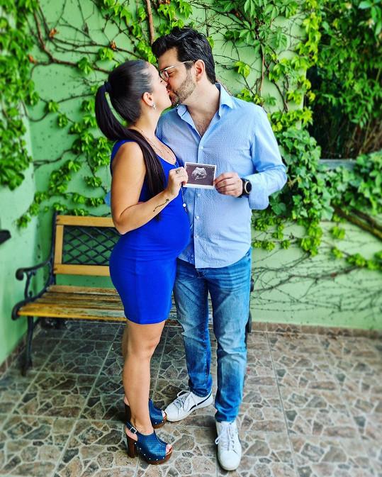 Genny Ciatti se snoubencem Jakubem Salkinim prozradili pohlaví miminka.