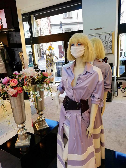 Také Natali Ruden vytvořila módní verzi roušky. Jelikož prý ale nemají zdravotní normy, tak si je návrhářka netroufá distribuovat dále. Jsou určené jako módní doplněk.