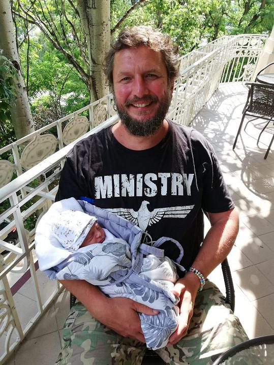 Novopečený táta září štěstím. Třetí dcera se narodila ve stejné porodnici jako on a její dvě starší sestřičky.