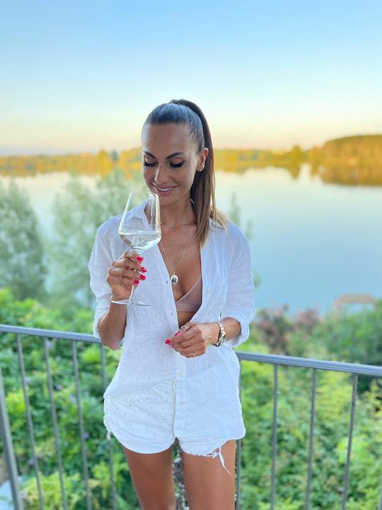 Vedle moře si užívá i italské víno.