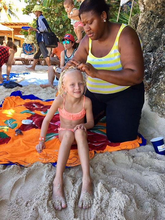 Salma si nechala vytvořit na pláži letní účes.
