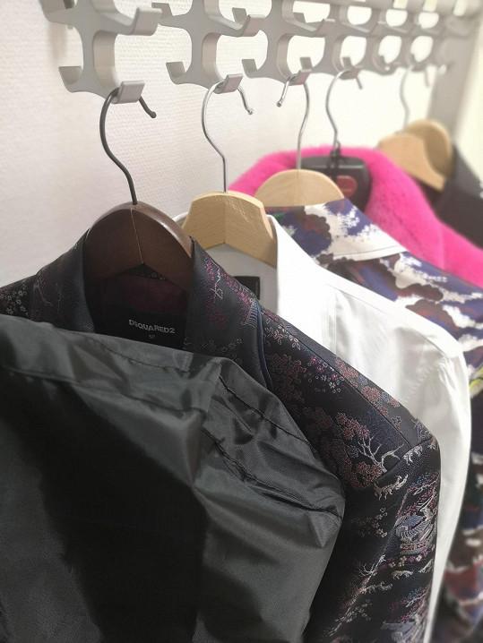 Leoš oblékne hned čtyři outfity, které se budou prolínat a měnit postupně.
