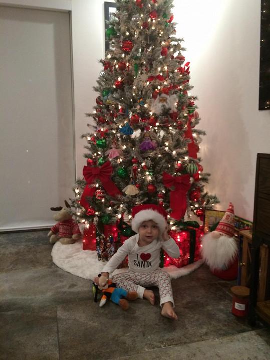 Ježíška nahradil na tričku Santa.