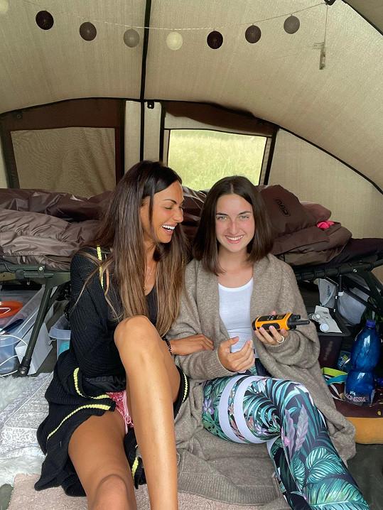 S mladší sestrou, která jí na táboře pomáhá.