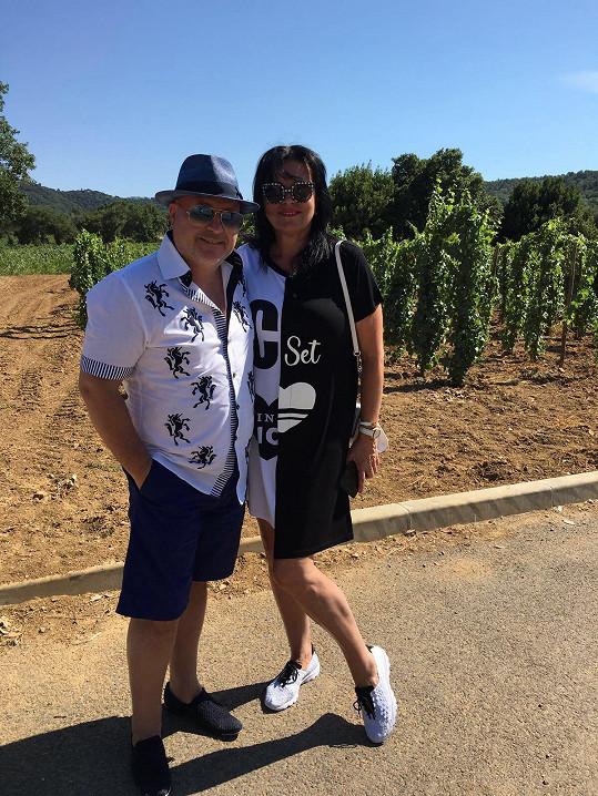 Michal David byl s manželkou v Saint Tropez.