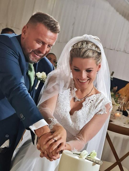 Nakrojování svatebního dortu