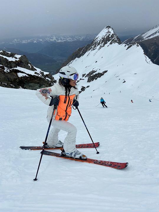 Na ledovci Kitzsteinhorn se lyžovalo většinou do konce května, ale kvůli pandemii se posouvá konec sezóny do půlky července.