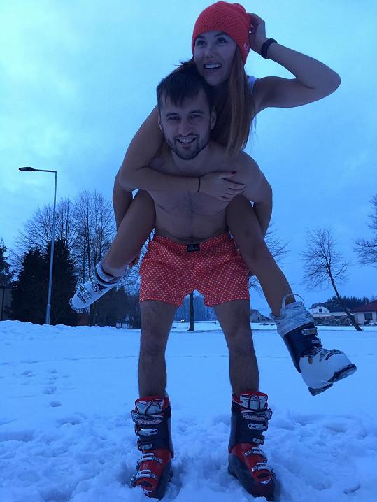 Jana Šišková s partnerem Davidem to rozbalili na sněhu.