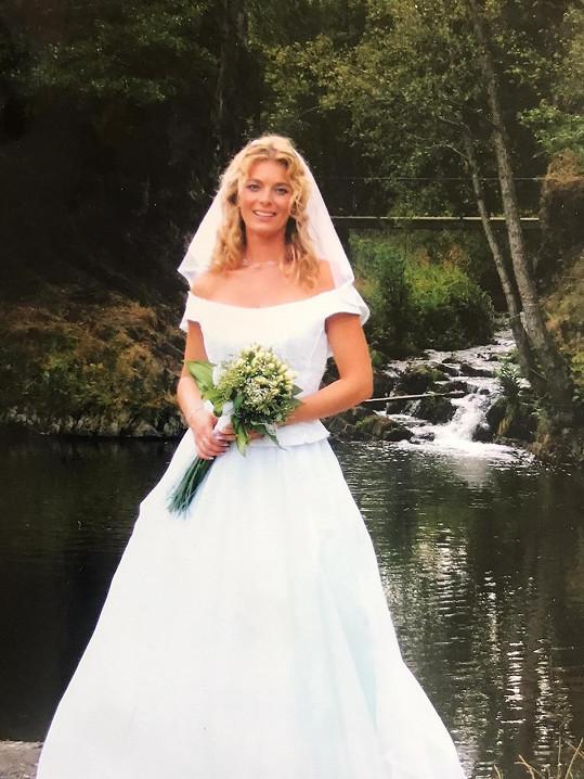 Lucie Benešová na svatební fotce.